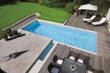 Pool Mit Seitlichem Wasserlauf .